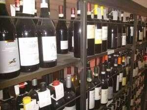 Wine Road - Bottiglie su scaffali ferro