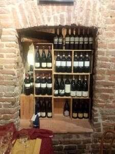 La Dogana del Buongusto - Bottiglie di Vino in mostra tra i mattoni a vista