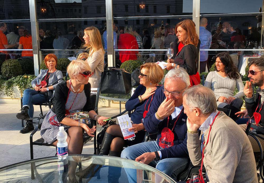 Gradito l'abito rosso a Venezia - Pubblico sulla terrazza