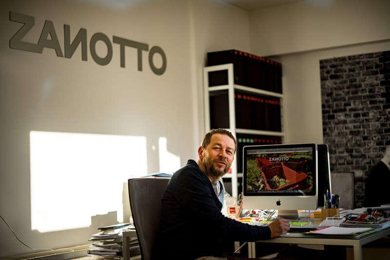 Riccardo Zanotto nel suo studio