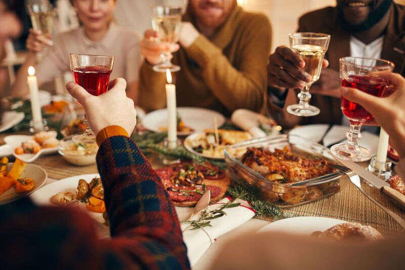Brindisi Cena di Natale con calici di Vino