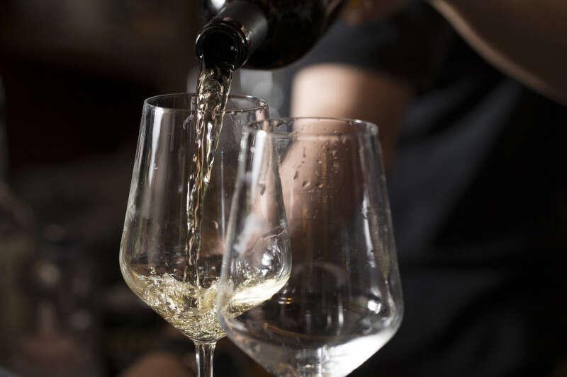 Versare vino nel calice