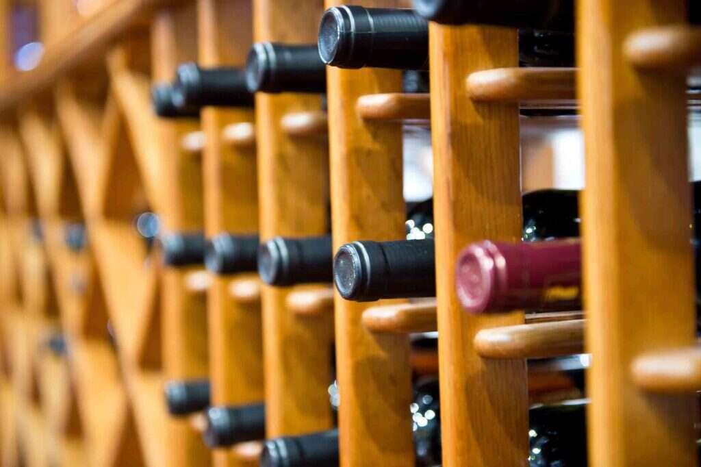 Cantina in casa - Bottiglie di vino in posizione orizzontale