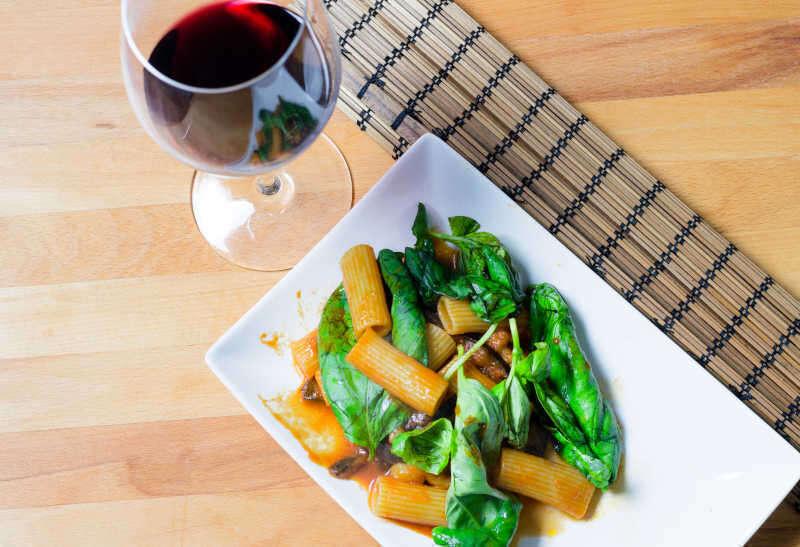 Abbinamento Cibo Vino per Territorio - Pasta alla norma e calice di vino rosso