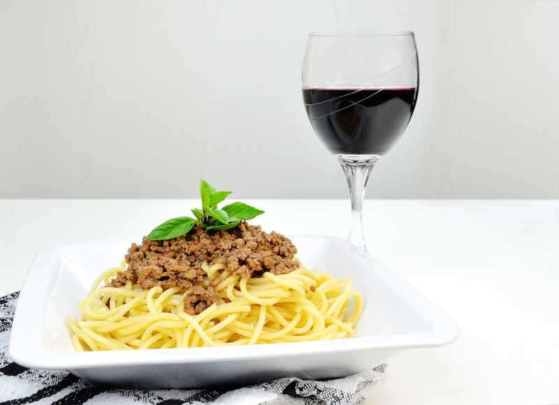 Spaghetti alla bolognese e un bicchiere di vino rosso