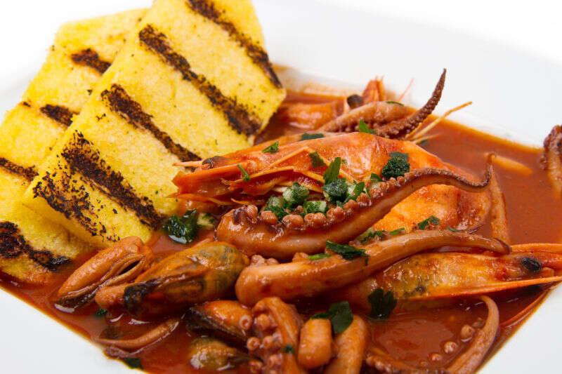 Cacciucco o Zuppa di pesce con polenta alla griglia