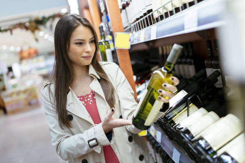 Ragazza sceglie Vini al Supermercato