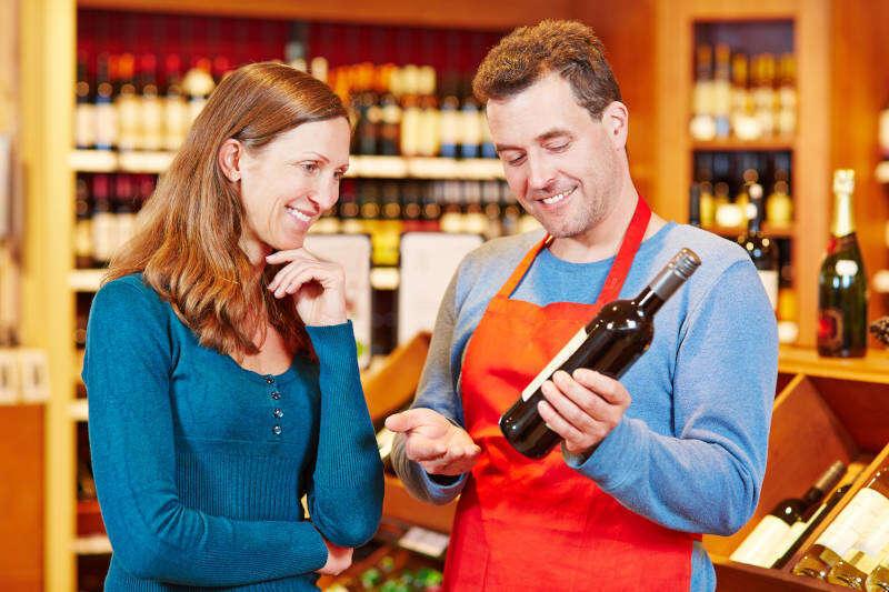 Sommelier dispensa consigli ad un cliente