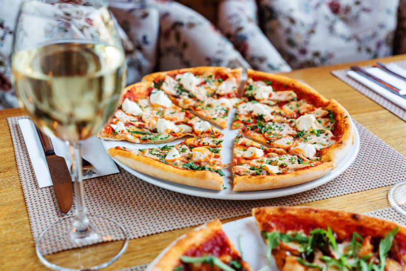 Un calice di bianco si abbina bene con la pizza allo zola o ai 4 formaggi