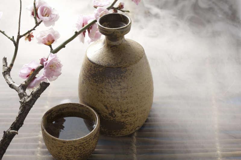 Sake giapponese e fiore di prugna
