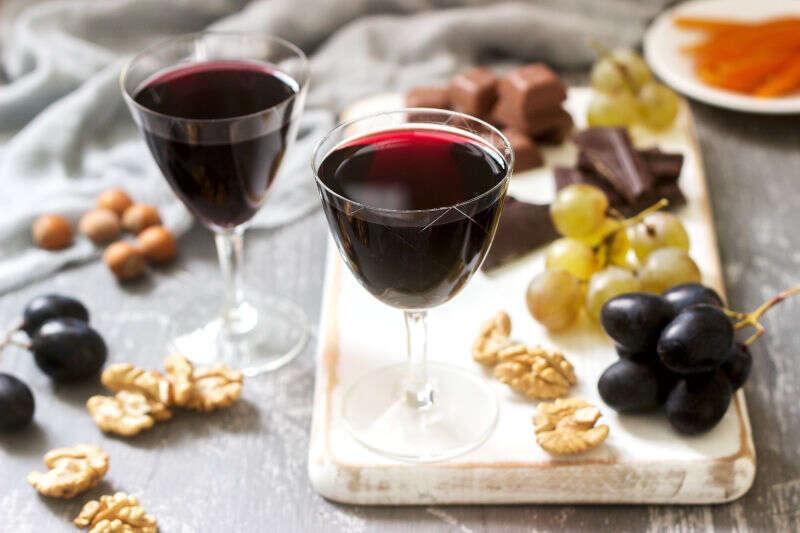 Crème de Cassis servito con uva, noci e cioccolato