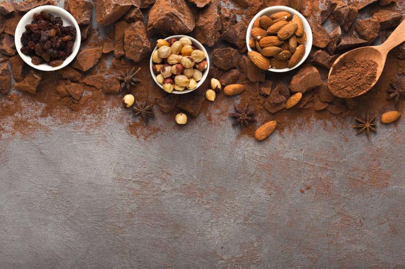 Pezzi di cioccolato, cacao in polvere e varietà di noci e uvette