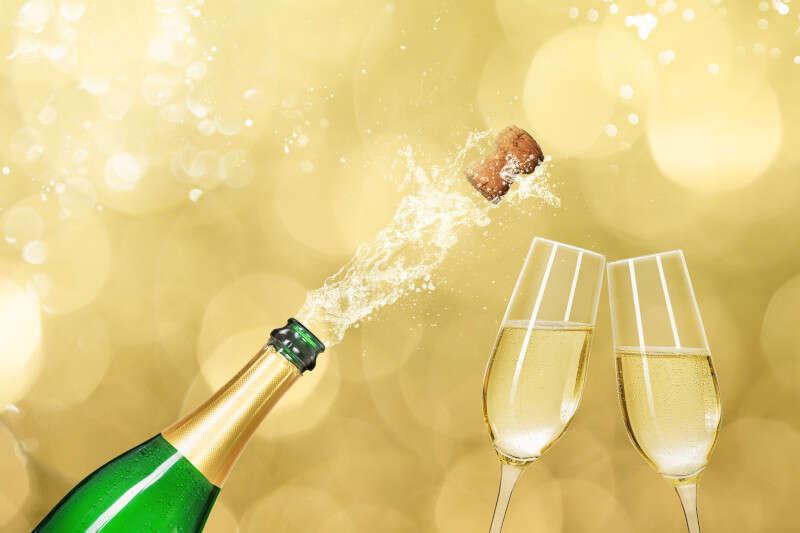 Bottiglia di Champagne con due calici