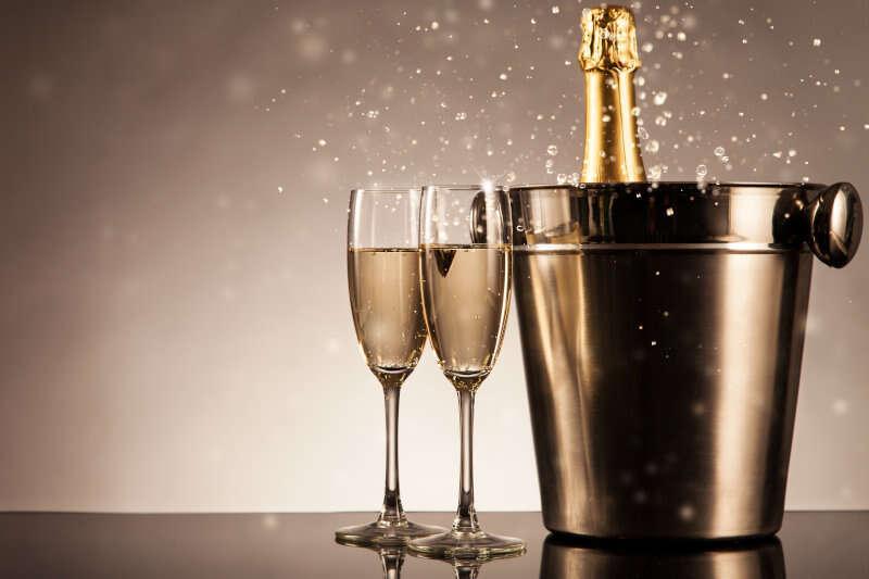 Bottiglia di champagne con calici e secchiello