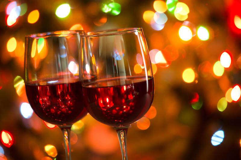 Calici di Vino Rosso e luci di Natale