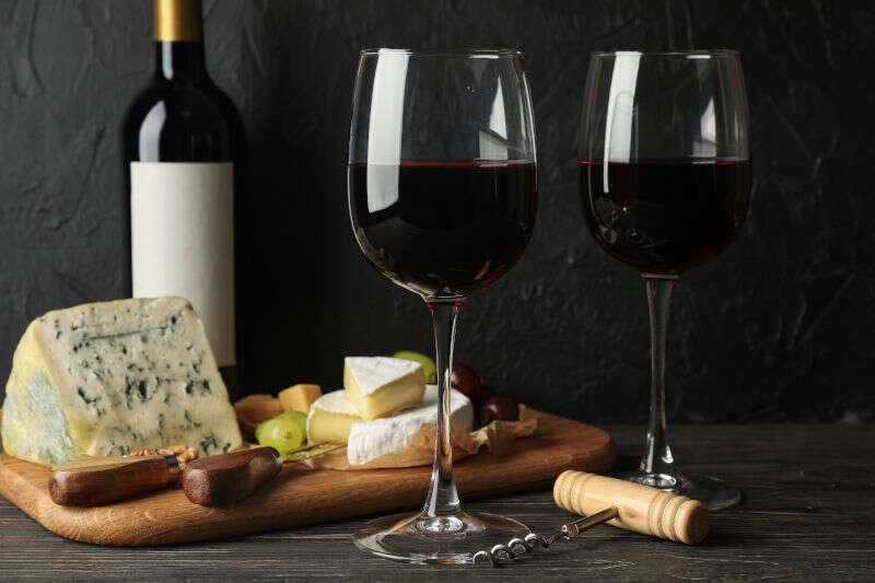 Abbinamento Vino Formaggi francesi - Camembert, Roquefort e calici di Vino Rosso