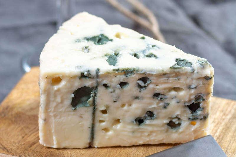 Roquefort formaggio francese a base di latte di pecora, uno dei formaggi erborinati più conosciuti al mondo con muffa blu