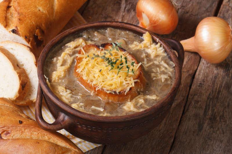 Zuppa di cipolle francese con crostini di pane e formaggio