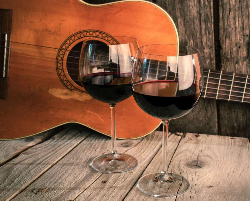Canzoni sul Vino - Chitarra e calici di vino