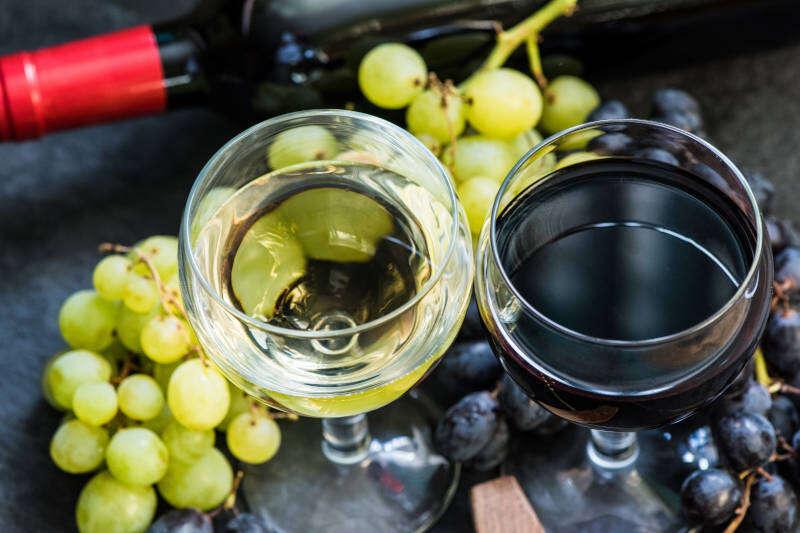 Due calici di Vino Bianco e Rosso
