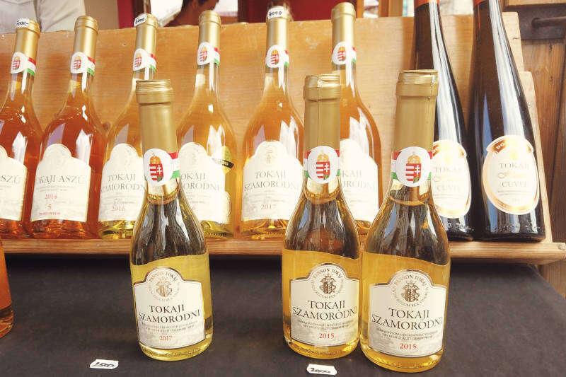 Bottiglie di vino Tokaji, uno dei vini muffati più famosi al mondo