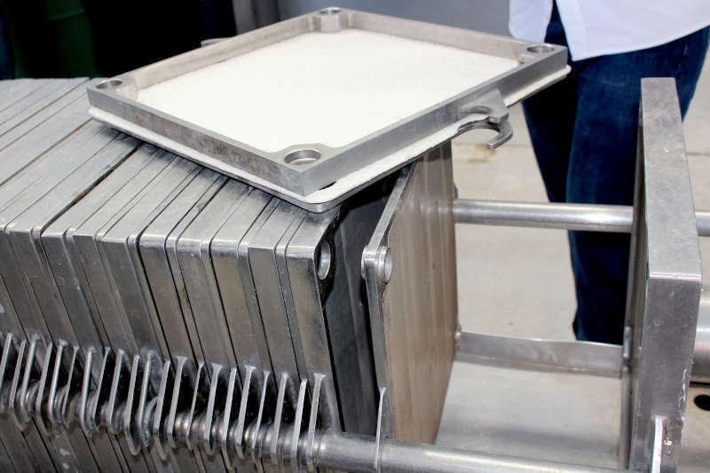 Fase di filtrazione durante la Macerazione Carbonica