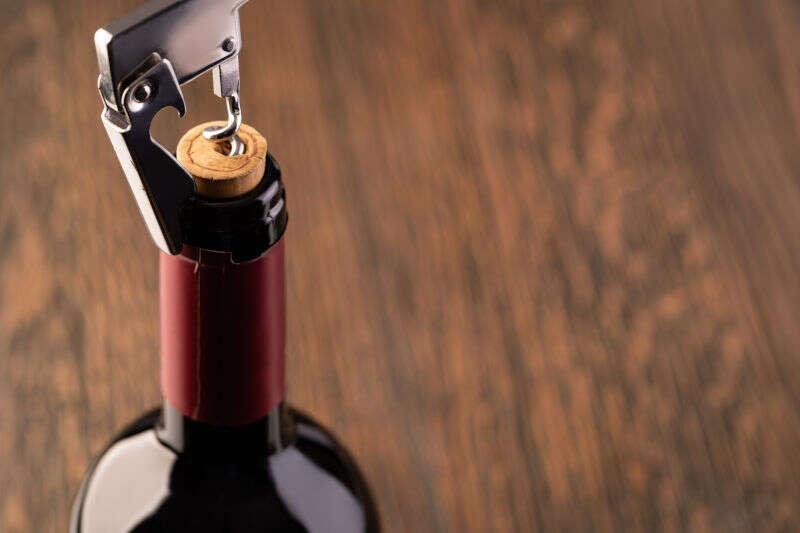 Tirabusciò in azione su bottiglia di vino